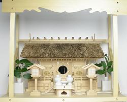 神棚 茅葺三社宮〈K-7〉+神具セット(ハーフ・中)+神棚板+雲板(大)のセット
